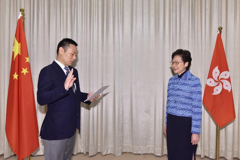 新任民政事務局局長徐英偉(左)今日(四月二十二日)在行政長官林鄭月娥(右)監誓下宣誓就職。
