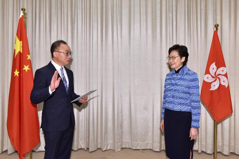 新任政制及內地事務局局長曾國衞(左)今日(四月二十二日)在行政長官林鄭月娥(右)監誓下宣誓就職。