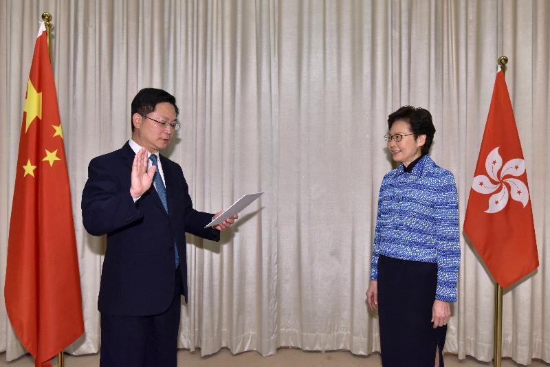 新任創新及科技局局長薛永恒(左)今日(四月二十二日)在行政長官林鄭月娥(右)監誓下宣誓就職。