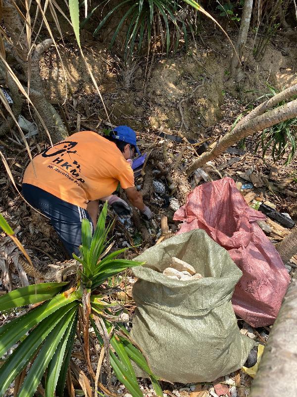 多個政府部門聯同一眾義工今日(四月二十七日)在塔門弓背灣進行聯合淨灘行動。圖示義工在石灘清理垃圾。