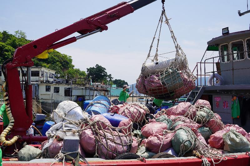 多個政府部門聯同一眾義工今日(四月二十七日)在塔門弓背灣進行聯合淨灘行動。圖示收集的垃圾包好後分批運上海事處的收集船。