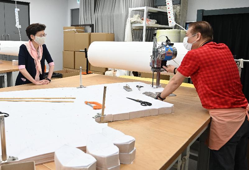 行政長官林鄭月娥(左)今日(五月六日)早上到荃灣視察「銅芯抗疫口罩+™」其中一個生產點。圖示林鄭月娥與工友交談。