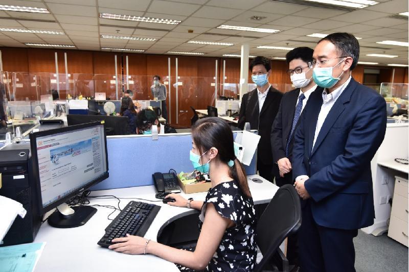 財經事務及庫務局局長許正宇今日(五月八日)到訪公司註冊處。圖示許正宇(右一)視察部門運作情況。