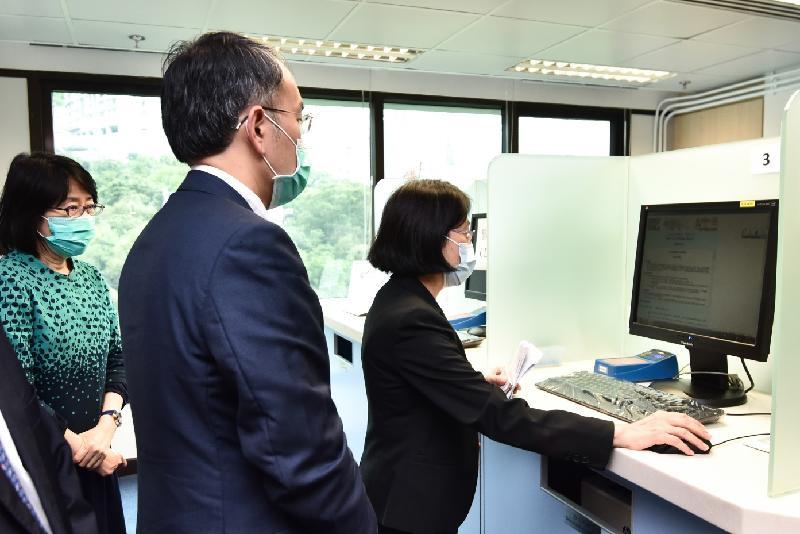 財經事務及庫務局局長許正宇今日(五月八日)到訪公司註冊處。圖示許正宇(中)觀看電子公眾查冊服務示範。