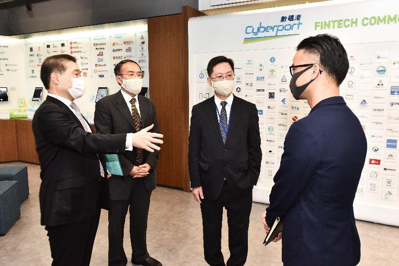 創新及科技局局長薛永恒(右二)和財經事務及庫務局局長許正宇(左二)今日(五月十四日)在香港數碼港管理有限公司董事局主席林家禮博士(左一)陪同下,與眾安科技(國際)代表見面。