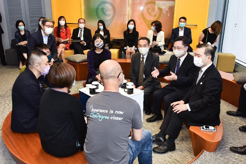創新及科技局局長薛永恒(右二)和財經事務及庫務局局長許正宇(右三)今日(五月十四日)與四間數碼港初創企業代表見面。旁為香港數碼港管理有限公司董事局主席林家禮博士(右一)。