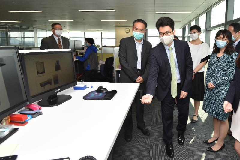 財經事務及庫務局局長許正宇今日(五月十九日)到訪政府產業署。圖示許正宇(左三)觀看新式辦公室家具。
