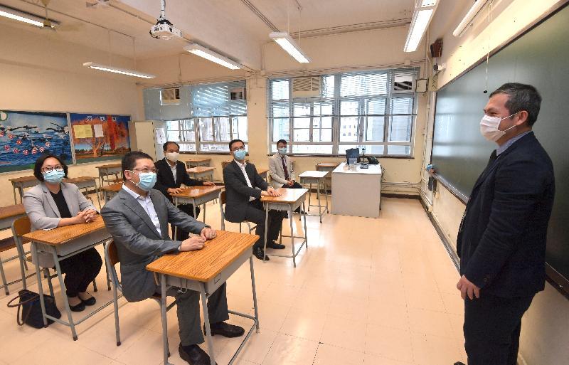 教育局局長楊潤雄今日(前排座位左二)(五月二十二日)探訪樂善堂梁銶琚書院,了解學校為復課而採取的防疫措施,包括將課室內座位之間距離擴闊至約一米。