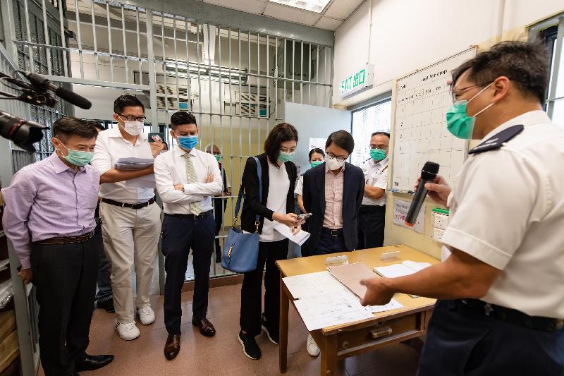 立法會保安事務委員會今日(五月二十六日)視察位於文錦渡的新屋嶺拘留中心,深入了解其運作。圖示立法會議員聽取警方代表介紹處理被拘留人士的程序。