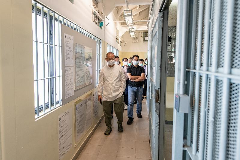 立法會保安事務委員會今日(五月二十六日)視察位於文錦渡的新屋嶺拘留中心,深入了解其運作。圖示立法會議員視察羈留倉。