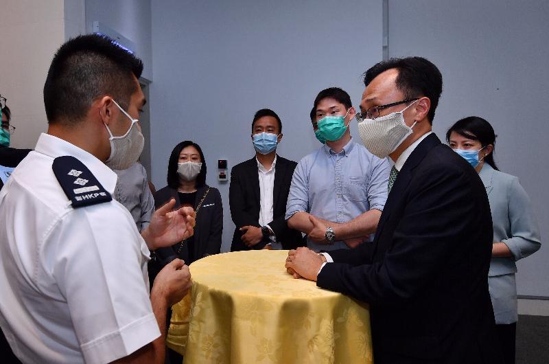 公務員事務局局長聶德權今日(六月五日)到訪警務處。圖示聶德權(右二)與部門各職系的員工代表茶敍,了解他們的工作情況,並就他們關注的事宜交換意見。