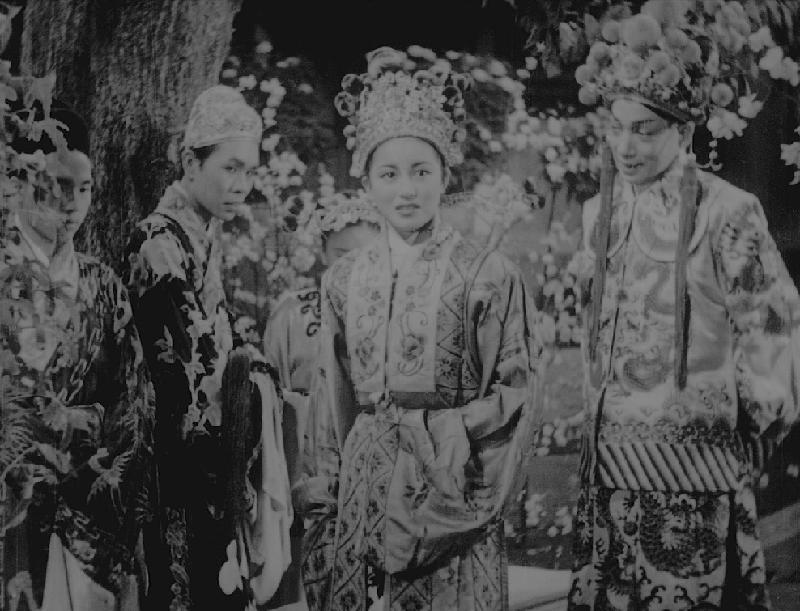 康樂及文化事務署香港電影資料館首個二十周年誌慶活動「瑰寶情尋」系列將以「聲影『留』傳」為題,於七月五日至明年三月二十八日放映十六套橫跨一九四○至六○年代、經數碼化的電影孤本或從未放映的電影版本。圖示《孟麗君》(1949)劇照。