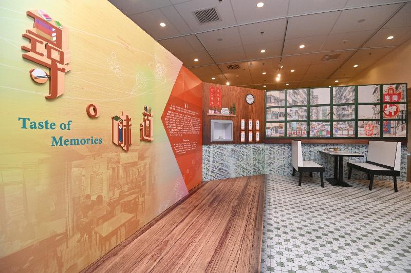 由康樂及文化事務署香港公共圖書館主辦的「第十三屆香港文學節」今日(六月二十三日)於香港中央圖書館展開,揭幕活動為「字旅.時光」專題展覽。圖示介紹飲食文學作品的「尋.味道」展區。