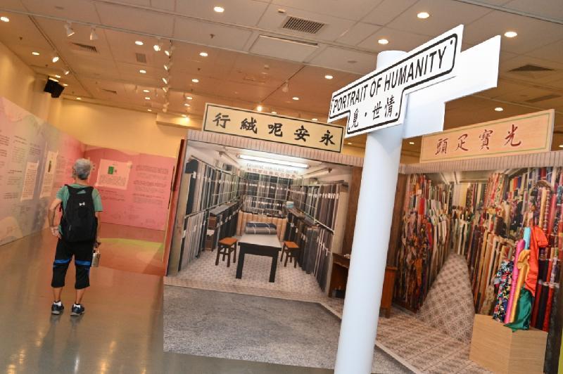 由康樂及文化事務署香港公共圖書館主辦的「第十三屆香港文學節」今日(六月二十三日)於香港中央圖書館展開,揭幕活動為「字旅.時光」專題展覽。圖示「覓.世情」展區,透過精選文學作品,讓讀者回顧不同時期的香港。