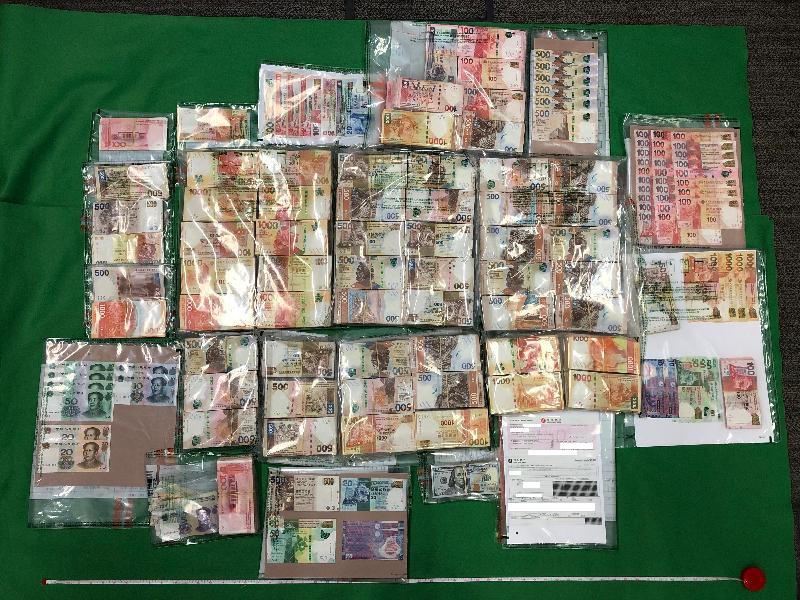 香港海關六月二十六日在荔枝角進行緝毒行動時,檢獲約一點六公斤懷疑氯胺酮及約三百克懷疑霹靂可卡因,估計市值約一百三十萬元。此外,海關人員亦同時檢獲約七百八十萬元懷疑販毒得益。圖示該批包括現金和銀行本票的懷疑販毒得益。