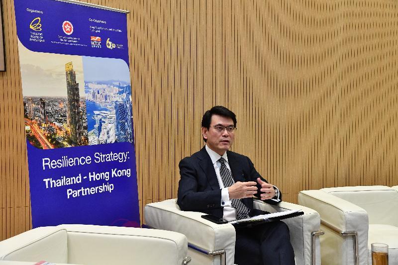 商務及經濟發展局今日(六月二十九日)與泰國投資促進委員會合辦題為「港泰攜手 起動經濟」的網上研討會。圖示商務及經濟發展局局長邱騰華在研討會上發言。