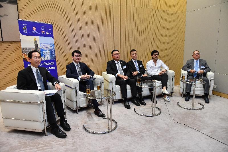 商務及經濟發展局今日(六月二十九日)與泰國投資促進委員會合辦題為「港泰攜手 起動經濟」的網上研討會,會上設有以「香港在區域合作和企業協作中的角色」為題的專題討論環節。圖示商務及經濟發展局局長邱騰華(左二)聯同專題討論環節的主持行政會議非官守議員召集人陳智思(左一),以及嘉賓香港科技園公司董事會主席查毅超博士(左三)、香港工業總會主席葉中賢博士(右三)、hpa何設計(何顯毅建築工程師樓地產發展顧問有限公司)主席何力治(右二)和香港貿易發展局主席林建岳博士(右一),回應參加者的提問。