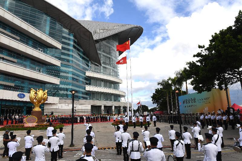 行政長官林鄭月娥和主要官員及嘉賓今早(七月一日)在灣仔金紫荊廣場出席香港特別行政區成立二十三周年升旗儀式。
