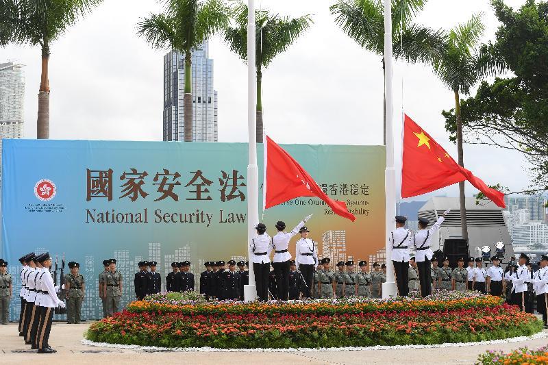 今早(七月一日)在灣仔金紫荊廣場舉行的香港特別行政區成立二十三周年升旗儀式上,國旗及區旗徐徐升起。