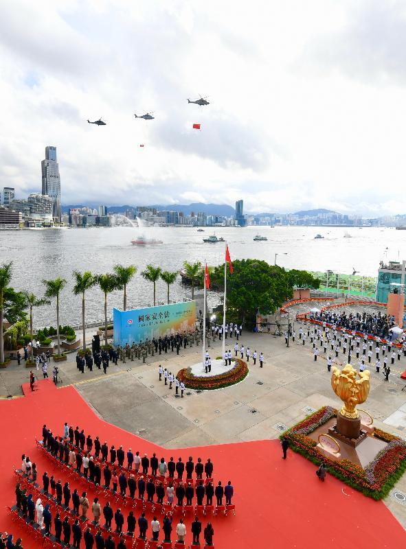 今早(七月一日)在灣仔金紫荊廣場舉行的香港特別行政區成立二十三周年升旗儀式上,紀律部隊和飛行服務隊在海上和空中敬禮。