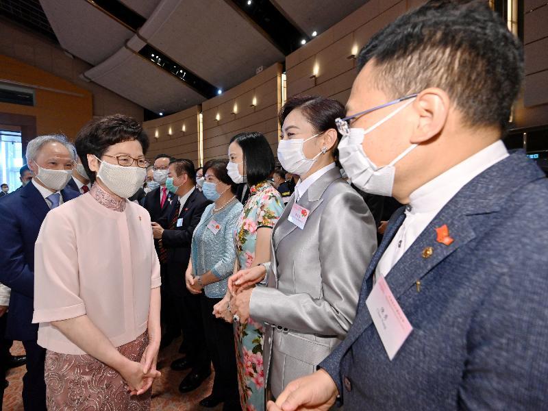 行政長官林鄭月娥和主要官員及嘉賓今早(七月一日)在香港會議展覽中心出席香港特別行政區成立二十三周年酒會。 圖示林鄭月娥(左二)與嘉賓交談。