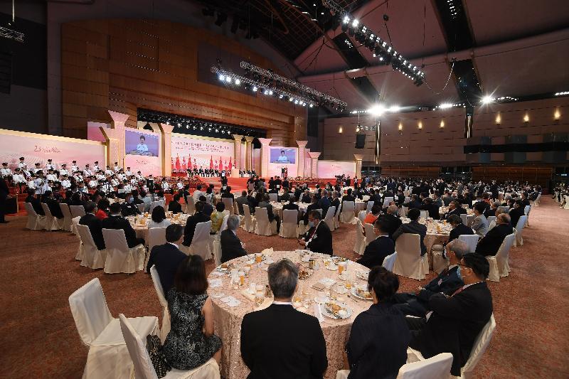 行政長官林鄭月娥和主要官員及嘉賓今早(七月一日)在香港會議展覽中心出席香港特別行政區成立二十三周年酒會。
