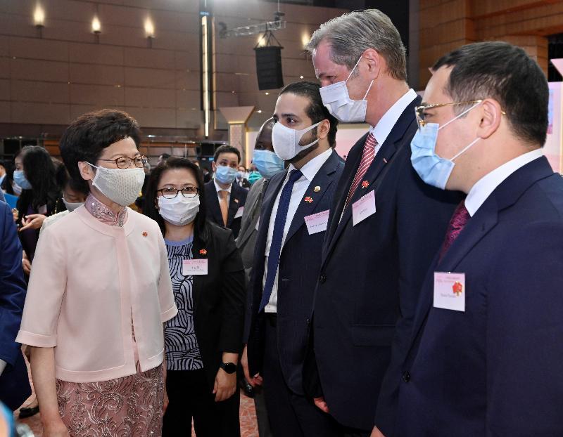 行政長官林鄭月娥和主要官員及嘉賓今早(七月一日)在香港會議展覽中心出席香港特別行政區成立二十三周年酒會。 圖示林鄭月娥(左一)與嘉賓交談。