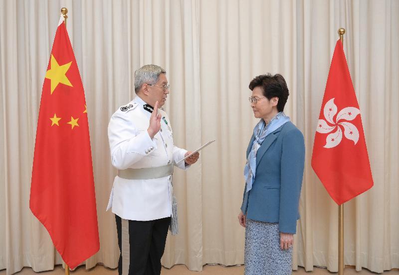 新任入境事務處處長區嘉宏(左)今日(七月二日)在行政長官林鄭月娥(右)監誓下宣誓就職。