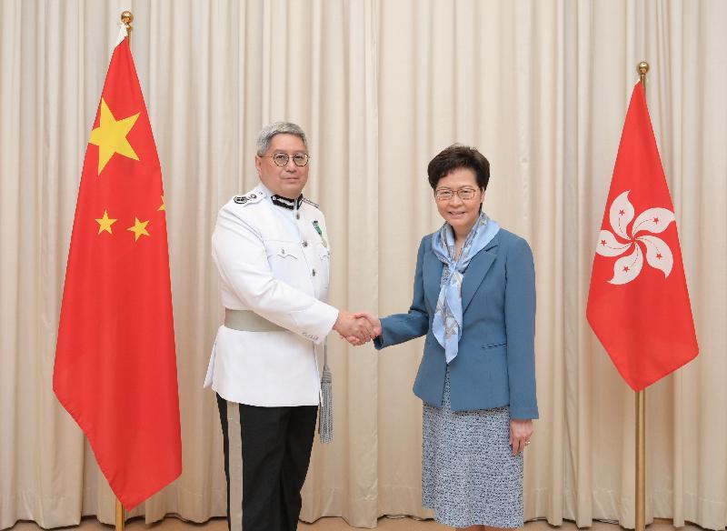 行政長官林鄭月娥(右)今日(七月二日)與新任入境事務處處長區嘉宏(左)合照。