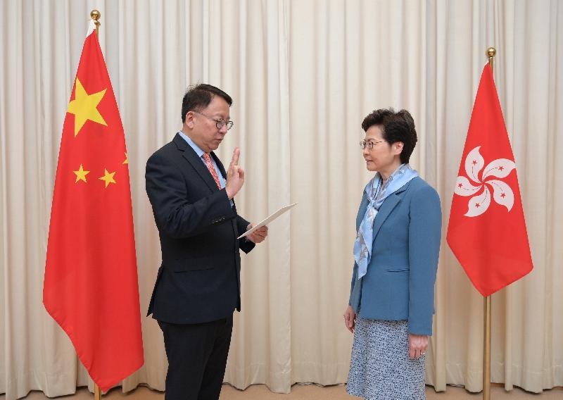香港特別行政區維護國家安全委員會秘書長陳國基(左)今日(七月二日)在行政長官林鄭月娥(右)監誓下宣誓就任。