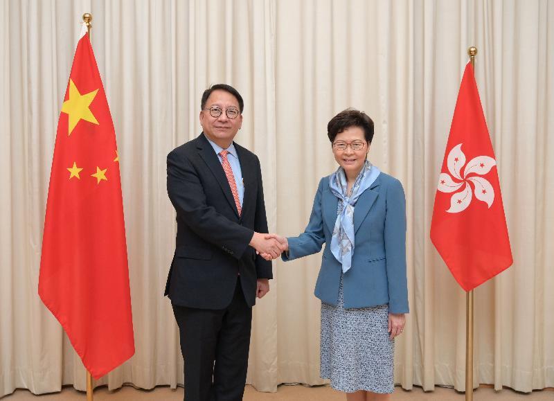 行政長官林鄭月娥(右)今日(七月二日)與香港特別行政區維護國家安全委員會秘書長陳國基(左)合照。