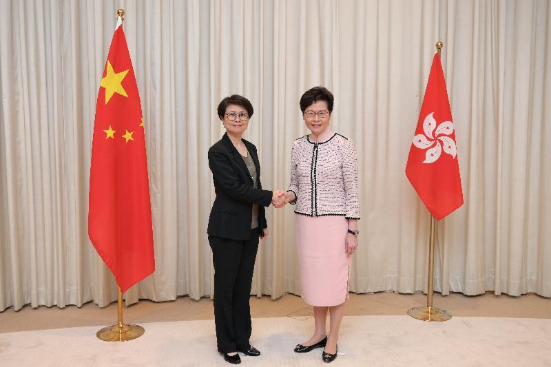 行政長官林鄭月娥(右)今日(七月三日)與警務處副處長(國家安全)劉賜蕙(左)合照。