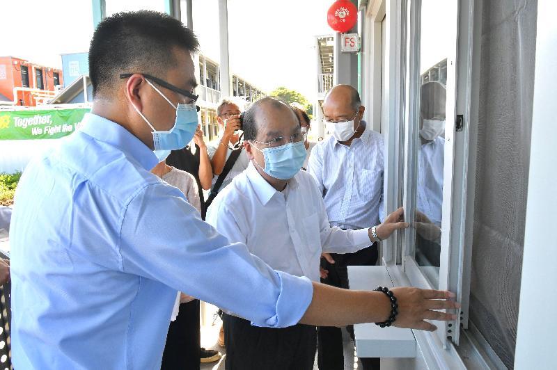 政務司司長張建宗今日(七月十三日)到竹篙灣視察新增檢疫設施的興建進度。圖示張建宗(左二)參觀已完工的檢疫單位。