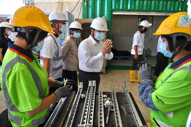 政務司司長張建宗今日(七月十三日)到竹篙灣視察新增檢疫設施的興建進度。圖示張建宗(中)在建築署署長林余家慧(左三)陪同下,視察工地並與在場人員交談。