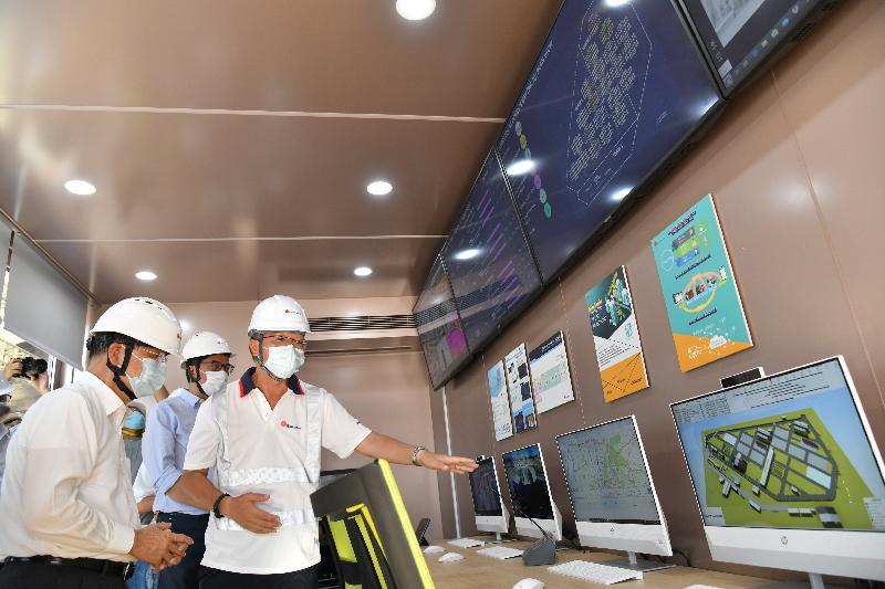 政務司司長張建宗今日(七月十三日)到竹篙灣視察新增檢疫設施的興建進度。圖示張建宗(左一)在發展局局長黃偉綸(左二)陪同下,參觀工地智能數碼控制中心。