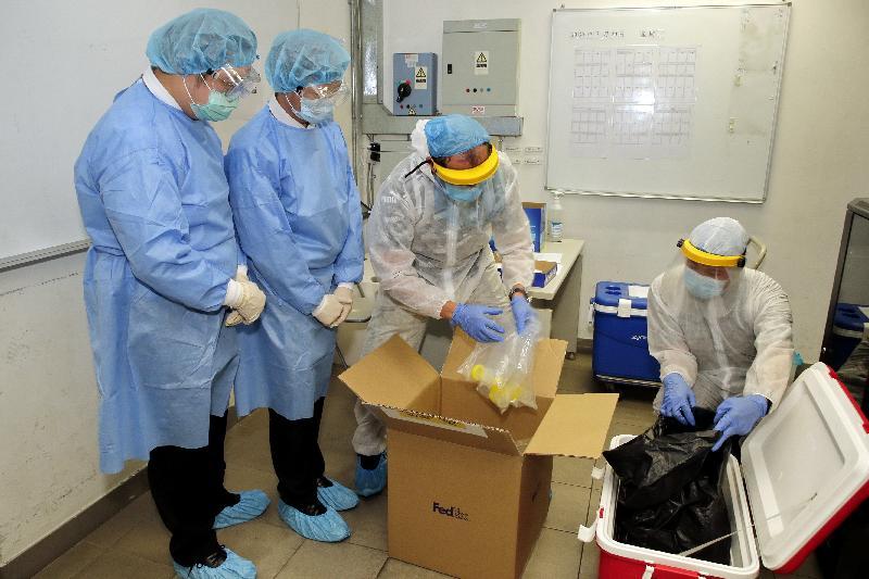 民政事務總署與香港物業管理公司協會攜手合作,今日(七月二十日)推出「物業管理前線員工2019冠狀病毒病社區檢測計劃」。圖示檢測承辦商收集深喉唾液樣本。