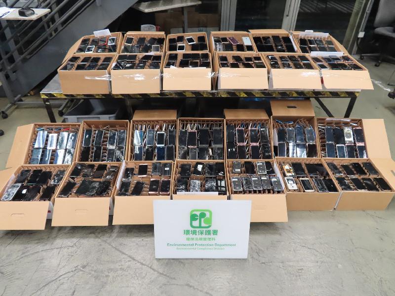 環境保護署今年一月在香港國際機場截獲非法進口的廢手提電話顯示屏。