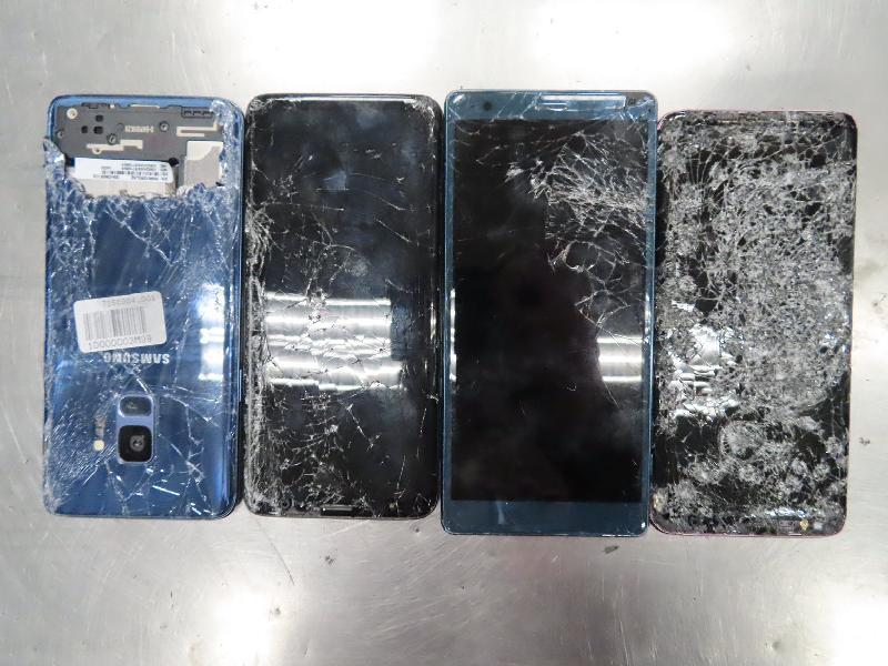 環境保護署今年一月在香港國際機場截獲的部分非法進口廢手提電話顯示屏。