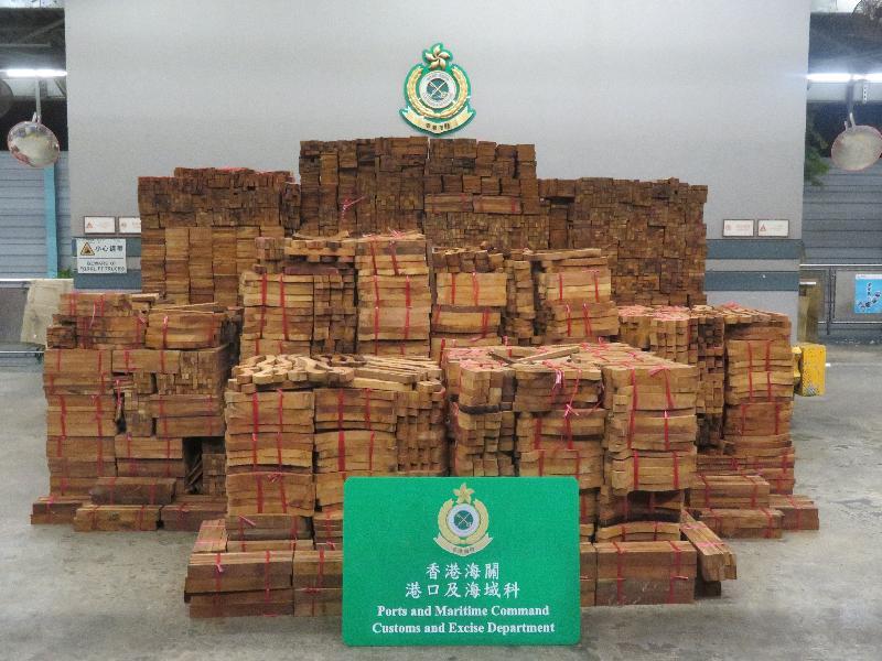 香港海關六月三十日至七月十六日期間在葵涌海關大樓驗貨場破獲三宗走私受管制木材案件,共檢獲約一百四十二噸懷疑受管制屬瀕危物種的木材,估計市值共約一百二十萬元。圖示部分檢獲的懷疑受管制屬瀕危物種木材。