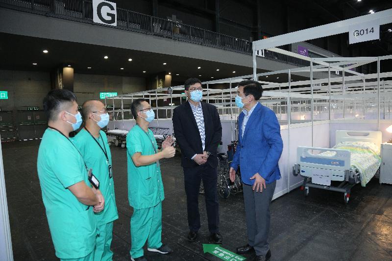 醫院管理局主席范鴻齡(右一)與行政總裁高拔陞醫生(右二)今日(八月一日)視察社區治療設施,與當值醫護人員交流。