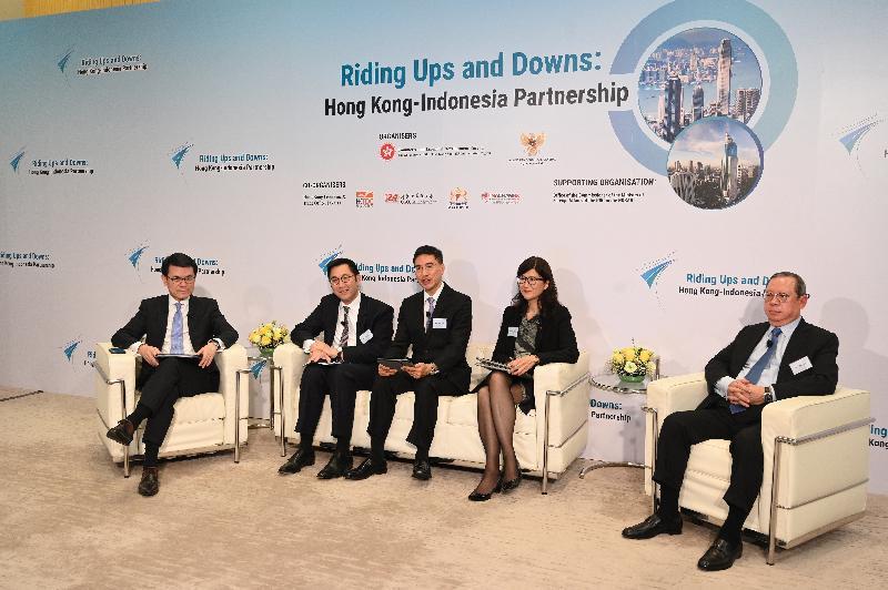 商務及經濟發展局與印尼駐港總領事館今日(八月十八日)聯合舉辦「香港—印尼:共啟商機」網上研討會,以促進兩地在貿易、投資、專業服務及創科等方面的協作。圖示商務及經濟發展局局長邱騰華(左一)聯同(左二起)金融發展局主席李律仁、「一帶一路」專員葉成輝、香港律師會會長彭韻僖和香港貿易發展局主席林建岳博士在會上回應參加者的提問。