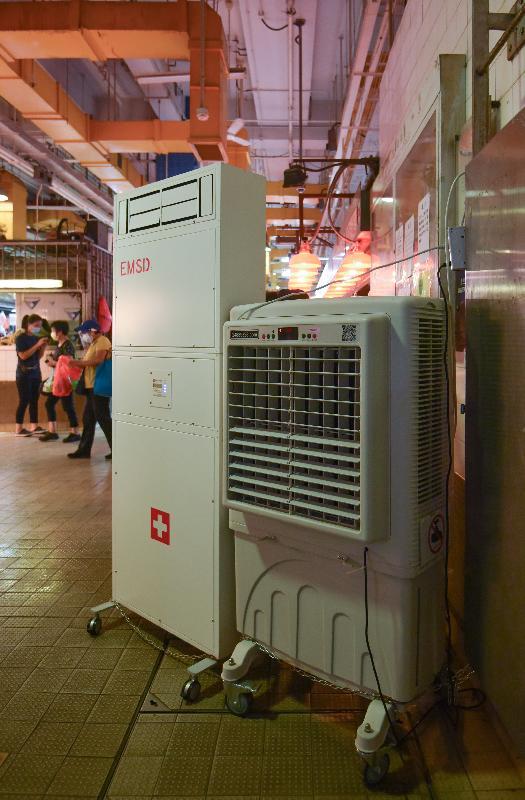 食物環境衞生署(食環署)今日(八月二十二日)表示,已在轄下多個街市採取多項措施以加強清潔消毒等防疫工作,以及加強防治鼠患工作,確保街市環境清潔衞生。圖示在北河街街市裝置的移動式空氣淨化機,以改善街市空氣流通的情況。