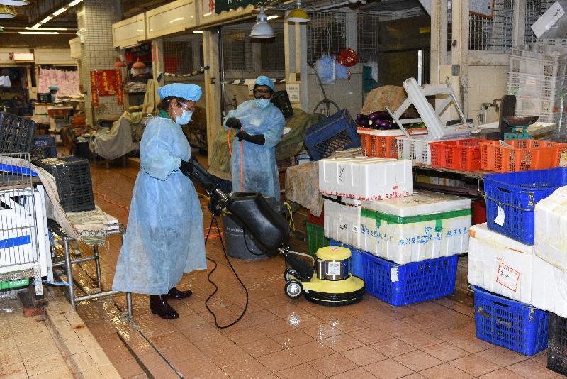 食物環境衞生署(食環署)今日(八月二十二日)表示,已在轄下多個街市採取多項措施以加強清潔消毒等防疫工作,以及加強防治鼠患工作,確保街市環境清潔衞生。圖示清潔工人在街市進行深層清潔消毒。