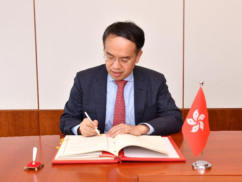 財經事務及庫務局局長許正宇代表香港特別行政區政府簽署與塞爾維亞的全面性避免雙重課稅協定。
