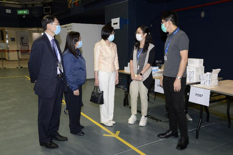 The Director of Health, Dr Constance Chan (centre), accompanied by the Consultant in-charge, Dental Services of the Department of Health, Dr Wiley Lam (first left), and the Principal Nursing Officer of the Department of Health, Dr Mary Foong (second left), today (September 1) chats with colleagues on duty at the community testing centre at Queen Elizabeth Stadium to know more about their work.