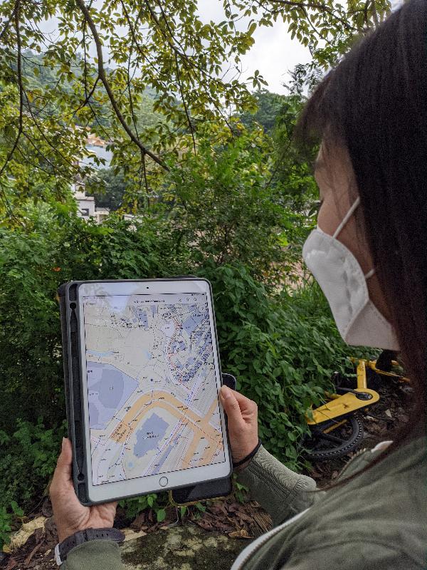 環境保護署(環保署)在應用地理信息系統有卓越的表現,榮獲環境系統研究所頒發的二○二○年度地理信息系統應用特別成就獎。圖示環保署運用地理信息系統技術研發的「追蹤污染源定位系統」。
