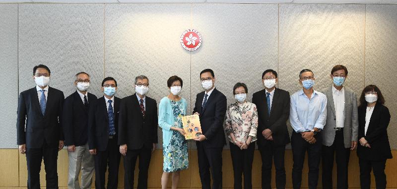 學校課程檢討專責小組主席陳黃麗娟博士(左五)今日(九月二十二日)向教育局局長楊潤雄(右六)提交檢討報告。圖示他們與專責小組成員合照。