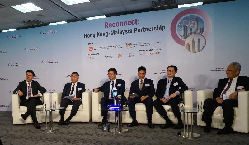 商務及經濟發展局今日(九月二十四日)與馬來西亞國際貿易及工業部合辦題為「香港—馬來西亞:同創機遇」的網上研討會,加強兩地在貿易、投資、經濟合作、項目融資和科技等多方面的協作。圖示(左起)商務及經濟發展局局長邱騰華聯同惠理集團聯席主席兼聯席首席投資總監謝清海、商湯科技香港公司總經理尚海龍、「一帶一路」專員葉成輝、香港貿易發展局副總裁劉會平和香港中華廠商聯合會會長吳宏斌博士在研討會上回應參加者的提問。