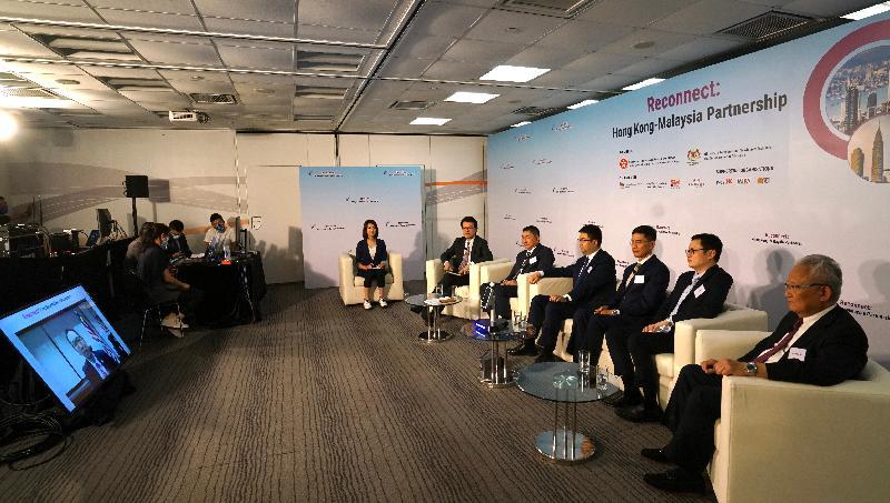 商務及經濟發展局今日(九月二十四日)與馬來西亞國際貿易及工業部合辦題為「香港—馬來西亞:同創機遇」的網上研討會,加強兩地在貿易、投資、經濟合作、項目融資和科技等多方面的協作。圖示(左二起)商務及經濟發展局局長邱騰華、惠理集團聯席主席兼聯席首席投資總監謝清海、商湯科技香港公司總經理尚海龍、「一帶一路」專員葉成輝、香港貿易發展局副總裁劉會平和香港中華廠商聯合會會長吳宏斌博士在研討會上聽取馬來西亞駐香港及澳門總領事葉威信的發言。