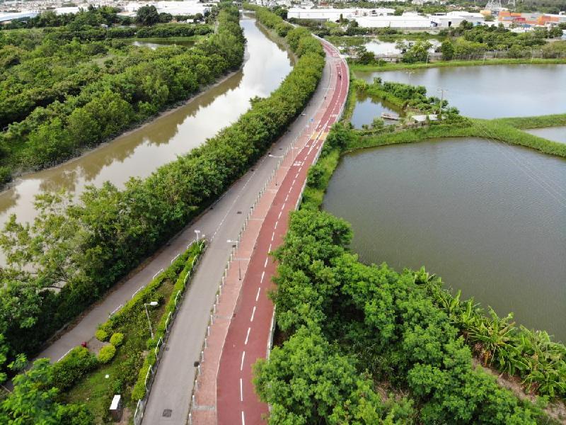 連接元朗至上水的新單車徑明日(九月二十九日)開放予公眾使用。圖為途經錦田河的元朗壆圍南路路段單車徑。